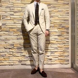 Cómo combinar: traje en beige, camisa de vestir de rayas verticales en blanco y marrón, mocasín con borlas de ante en marrón oscuro, corbata estampada verde oliva