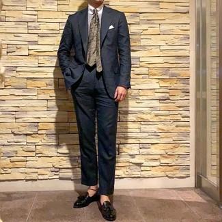 Cómo combinar: traje negro, camisa de vestir de rayas verticales blanca, mocasín con borlas de cuero negro, corbata con print de flores verde oliva