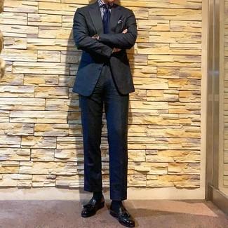 Cómo combinar: traje negro, camisa de vestir de rayas verticales en blanco y azul marino, mocasín con borlas de cuero negro, corbata azul marino
