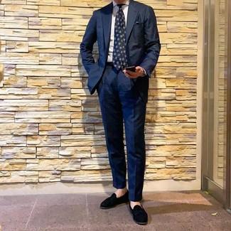 Cómo combinar: traje azul marino, camisa de vestir de rayas verticales blanca, mocasín con borlas de ante negro, corbata estampada azul marino