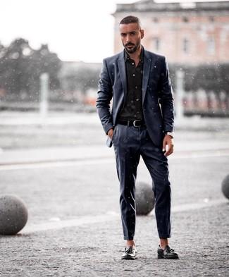 Cómo combinar: traje azul marino, camisa de vestir negra, mocasín con borlas de cuero negro, correa de cuero negra