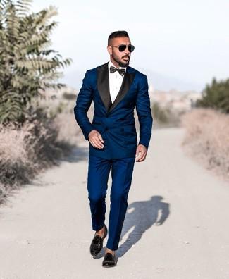 Cómo combinar: traje azul marino, camisa de vestir blanca, mocasín con borlas de cuero negro, corbatín negro