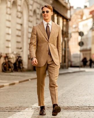 Cómo combinar: traje marrón claro, camisa de vestir blanca, mocasín con borlas de cuero en marrón oscuro, corbata a lunares marrón