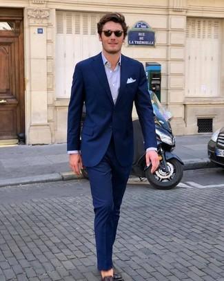 Algo tan simple como optar por un traje azul marino y unas gafas de sol puede distinguirte de la multitud. Para darle un toque relax a tu outfit utiliza mocasín de cuero marrón oscuro.