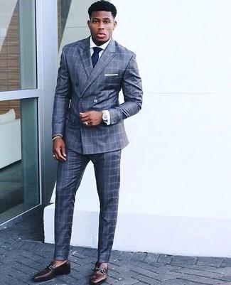 Cómo combinar: traje a cuadros azul, camisa de vestir blanca, mocasín de cuero en marrón oscuro, corbata azul marino