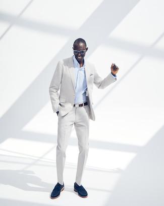 Cómo combinar: traje gris, camisa de vestir de rayas verticales celeste, mocasín de ante azul marino, correa de cuero en marrón oscuro