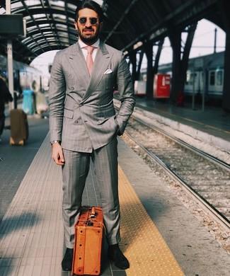 Cómo combinar: traje de rayas verticales gris, camisa de vestir blanca, mocasín de ante negro, corbata rosada