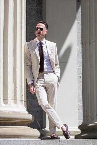 Cómo combinar: traje de seersucker en beige, camisa de vestir blanca, mocasín de cuero en marrón oscuro, corbata de punto en marrón oscuro