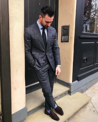 Cómo combinar: traje a cuadros en gris oscuro, camisa de vestir de rayas verticales celeste, mocasín de ante en marrón oscuro, corbata negra