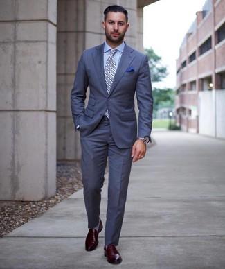 Cómo combinar: traje azul, camisa de vestir celeste, mocasín de cuero burdeos, corbata de rayas verticales celeste