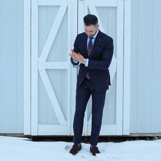 Cómo combinar: traje a cuadros azul marino, camisa de vestir celeste, mocasín de ante en marrón oscuro, corbata de paisley azul marino