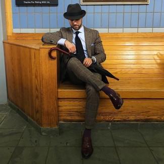 Cómo combinar: traje de lana de tartán marrón, camisa de vestir celeste, mocasín de cuero en marrón oscuro, sombrero de lana en gris oscuro
