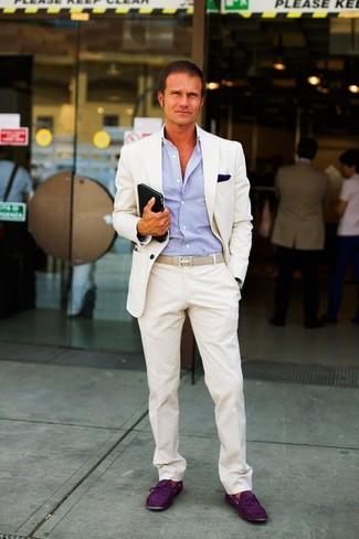Cómo combinar: traje en beige, camisa de vestir de rayas verticales en blanco y azul marino, náuticos de ante morado oscuro, pañuelo de bolsillo azul marino