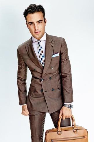 Cómo combinar: traje marrón, camisa de vestir rosada, portafolio de cuero marrón claro, corbata a cuadros celeste