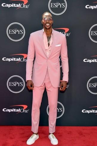 Cómo combinar: traje rosado, camisa de vestir rosada, tenis blancos, pañuelo de bolsillo blanco