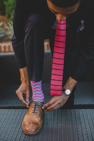 Cómo combinar: traje negro, camisa de vestir celeste, zapatos brogue de cuero marrónes, corbata de punto rosa