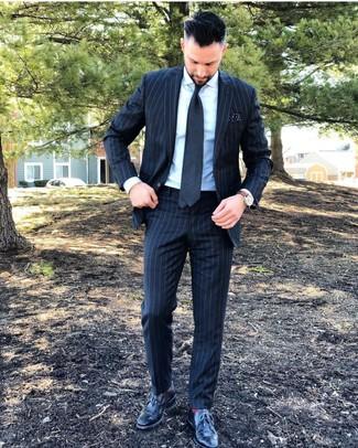 Cómo combinar: traje de rayas verticales en gris oscuro, camisa de vestir blanca, zapatos brogue de cuero negros, corbata en gris oscuro