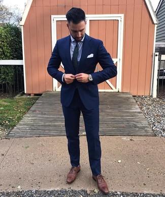 Cómo combinar: traje azul marino, camisa de vestir celeste, zapatos brogue de cuero marrónes, corbata de paisley en azul marino y verde