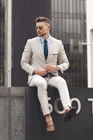 Cómo combinar: traje en beige, camisa de vestir celeste, zapatos con doble hebilla de cuero marrónes, corbata de rayas horizontales verde oscuro