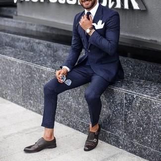 Cómo combinar: traje de rayas verticales azul marino, camisa de vestir blanca, zapatos con doble hebilla de cuero en marrón oscuro, corbata negra