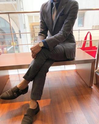 Cómo combinar: traje de tartán gris, camisa de vestir de cambray azul marino, zapatos con doble hebilla de ante marrónes, corbata de rayas horizontales gris