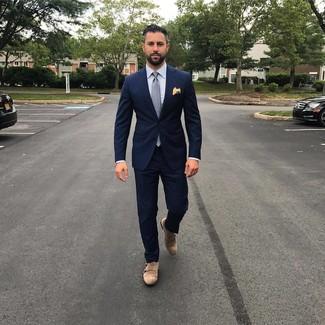 Cómo combinar: traje azul marino, camisa de vestir de rayas verticales celeste, zapatos con doble hebilla de ante marrónes, corbata a lunares gris