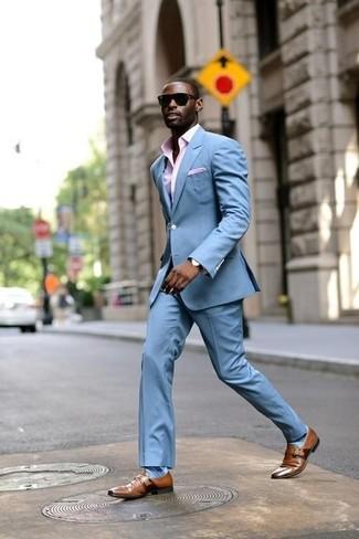 Cómo combinar: traje celeste, camisa de vestir de cuadro vichy rosada, zapatos con hebilla de cuero marrónes, pañuelo de bolsillo rosado