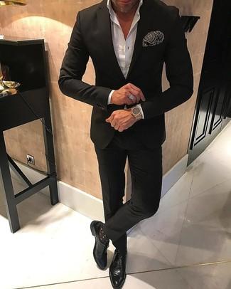 Cómo combinar: traje negro, camisa de vestir blanca, zapatos con hebilla de cuero negros, pañuelo de bolsillo estampado en negro y blanco