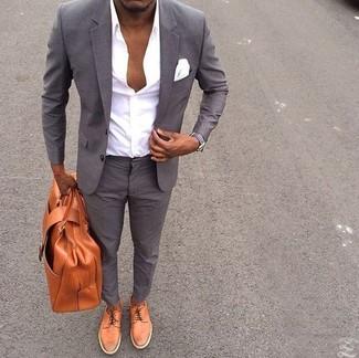 Cómo combinar: traje gris, camisa de vestir blanca, zapatos derby de cuero en tabaco, portafolio de cuero en tabaco