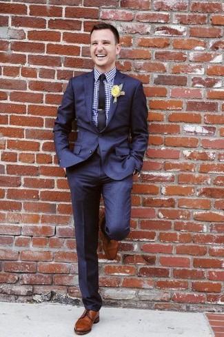 Cómo combinar: traje azul marino, camisa de vestir de cuadro vichy en blanco y azul, zapatos derby de cuero marrónes, corbata azul marino
