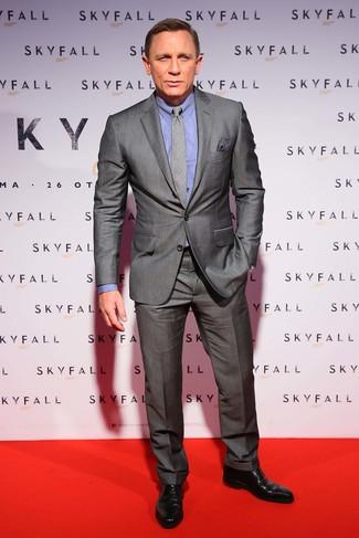 Cómo combinar: traje gris, camisa de vestir azul, zapatos derby de cuero negros, corbata de tartán gris