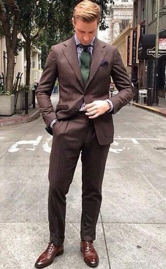 Cómo combinar: traje marrón, camisa de vestir de cuadro vichy en blanco y azul marino, zapatos derby de cuero marrónes, corbata verde oscuro