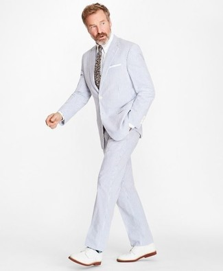 Cómo combinar: traje de seersucker celeste, camisa de vestir blanca, zapatos derby de cuero blancos, corbata con print de flores en multicolor