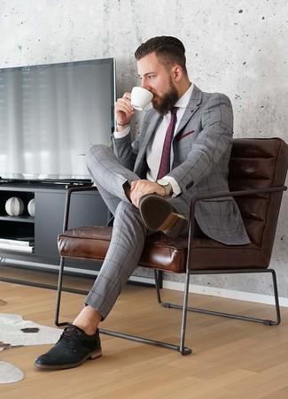 Cómo combinar: traje a cuadros gris, camisa de vestir blanca, zapatos derby de cuero negros, corbata estampada burdeos