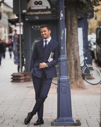Cómo combinar: traje de rayas verticales azul marino, camisa de vestir blanca, zapatos derby de cuero negros, corbata azul marino