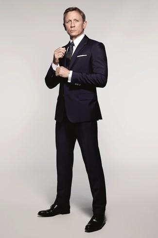 Cómo combinar: traje azul marino, camisa de vestir blanca, zapatos oxford de cuero negros, corbata de seda negra
