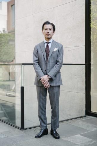 Cómo combinar: traje de rayas verticales gris, camisa de vestir blanca, zapatos oxford de cuero negros, corbata de paisley en marrón oscuro