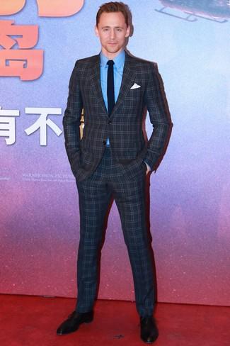 Cómo combinar: traje a cuadros en gris oscuro, camisa de vestir azul, zapatos oxford de cuero negros, corbata de punto azul marino