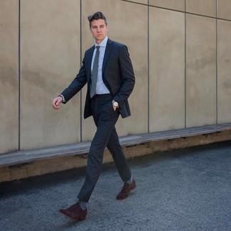 Cómo combinar: traje en gris oscuro, camisa de vestir celeste, zapatos oxford de ante en marrón oscuro, corbata gris