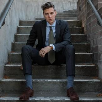 Cómo combinar: traje en gris oscuro, camisa de vestir celeste, zapatos oxford de ante en marrón oscuro, corbata verde oscuro