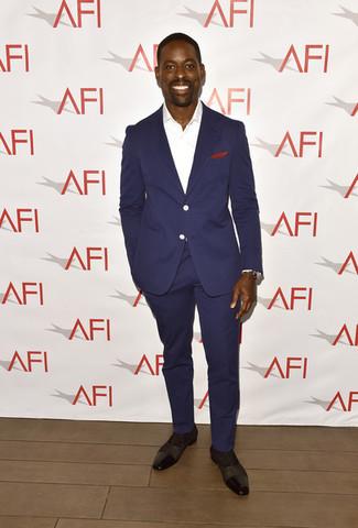 Cómo combinar: traje azul marino, camisa de vestir blanca, zapatos oxford de cuero en marrón oscuro, pañuelo de bolsillo rojo