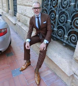 Cómo combinar: traje en marrón oscuro, camisa de vestir celeste, zapatos oxford de cuero marrón claro, corbata a lunares en marrón oscuro