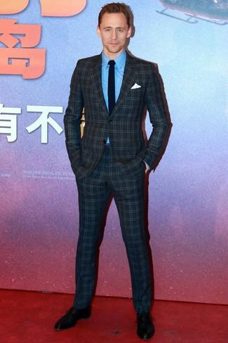 Cómo combinar: traje a cuadros azul marino, camisa de vestir azul, zapatos oxford de cuero negros, corbata negra