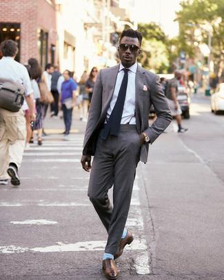 Cómo combinar: traje gris, camisa de vestir blanca, zapatos oxford de cuero marrónes, corbata de punto negra
