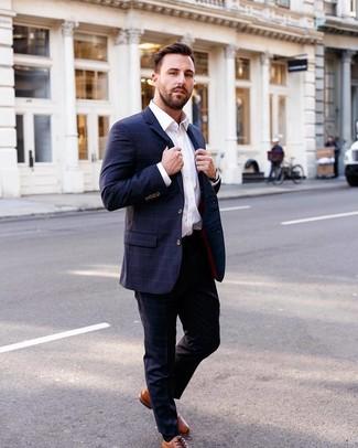 Cómo combinar: traje a cuadros azul marino, camisa de vestir blanca, zapatos oxford de cuero en tabaco, reloj de cuero negro