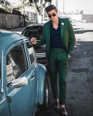 Cómo combinar: traje verde oscuro, camisa de vestir azul marino, zapatos oxford de cuero marrónes, broche de solapa en beige