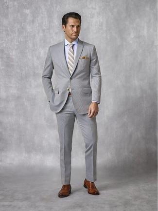Cómo combinar: traje de seersucker gris, camisa de vestir celeste, zapatos oxford de cuero marrónes, corbata de rayas horizontales gris