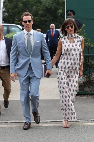 Cómo combinar: traje celeste, camisa de vestir blanca, zapatos oxford de cuero burdeos, corbata de punto celeste