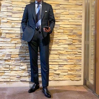 Cómo combinar: traje negro, camisa de vestir celeste, zapatos oxford de cuero negros, corbata de rayas horizontales celeste