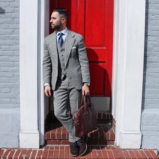 Cómo combinar: traje de lana gris, camisa de vestir celeste, zapatos oxford de ante en marrón oscuro, portafolio de cuero marrón